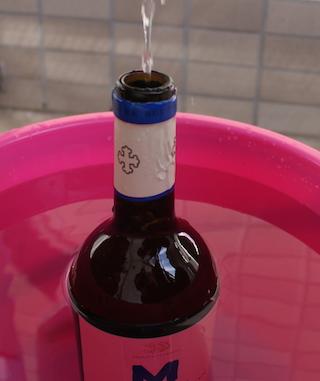 wine label お湯を入れる①