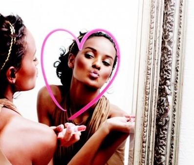 しばし鏡に映った自分を見つめる