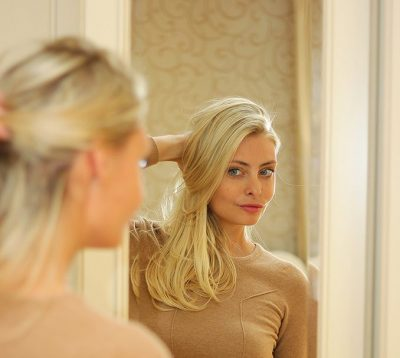 時々鏡を見てほほ笑む