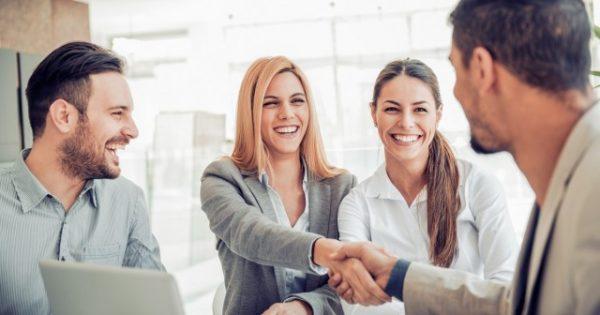 職場の人間関係を自然に改善できる5つの挨拶とその方法